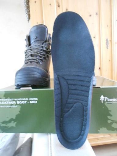 83ef3fc17a8 Twee verschillende diktes rubber zijn hierbij gebruikt, dit om vorm en  stabiliteit te geven aan de neus van de schoen ...